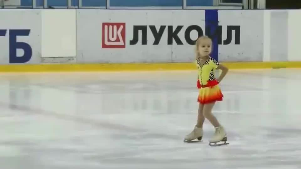 萌娃花样滑冰时,音乐突然停了,全场观众为她鼓掌打节拍