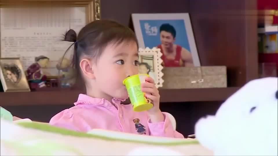 妈妈的吃法真特别,标准女汉子吃法,惊呆奥莉:妈妈太有趣了