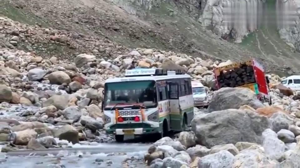 印度山区的巴士,云贵川司机来了也不敢开吧?