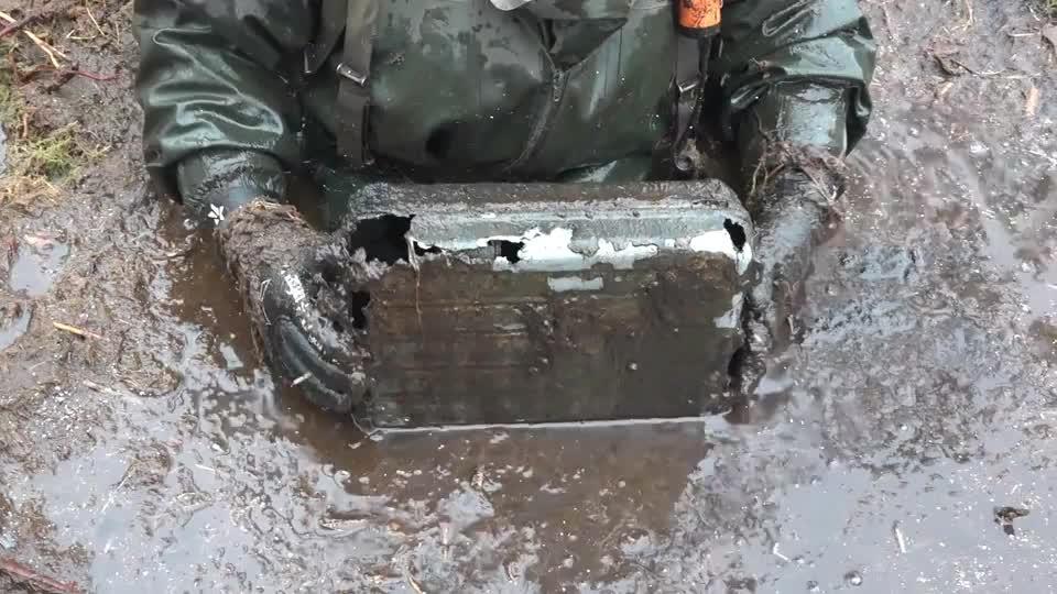 二战沼泽地里挖出一个破烂的箱子,这应该是专门装炮弹的