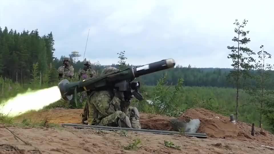 美军标枪反坦克打弹发射,这威力跟以色列长钉谁更强?