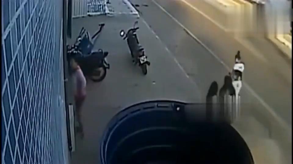 监控:四个妙龄女子结伴回家,一辆小车袭来,瞬间惨遭团灭!
