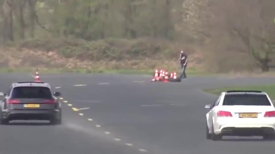 实拍奥迪RS和奔驰AMG比赛,你觉得谁更有胜算呢