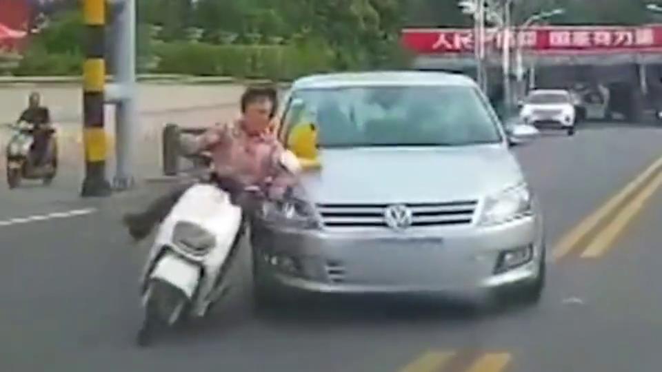 行车记录仪:横穿马路还这么横,大妈就是大妈。