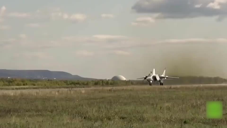 实拍俄罗斯米格31战斗机,在高空堪察时,拦截下侵犯者!