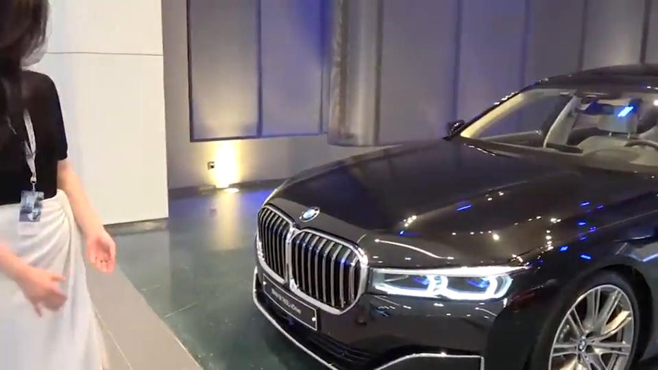 视频:2021款全新宝马7系惊艳亮相,坐进后排那刻,还想着奔驰S级吗?