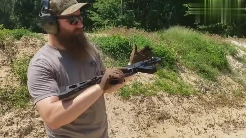 采用9mm口径弹药供弹,靶场实测MP5冲锋枪