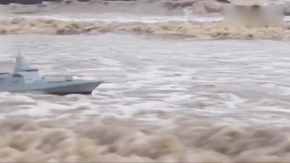 国产055驱逐舰比例船模在巨浪中前行,超强的性能谁能匹敌?