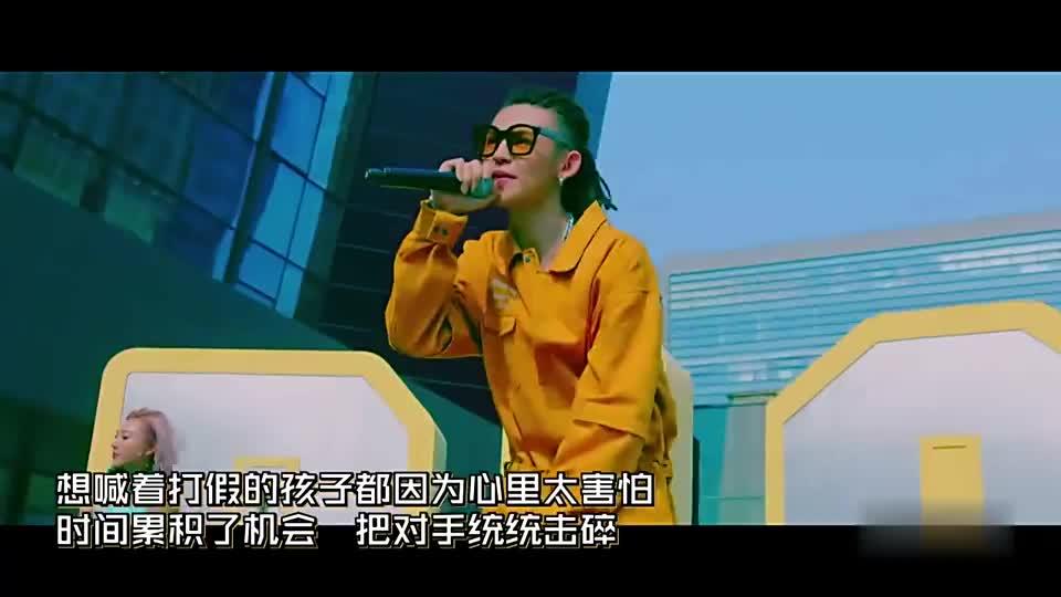中国有嘻哈:他来了他来了!那个男人带着金色面具来了