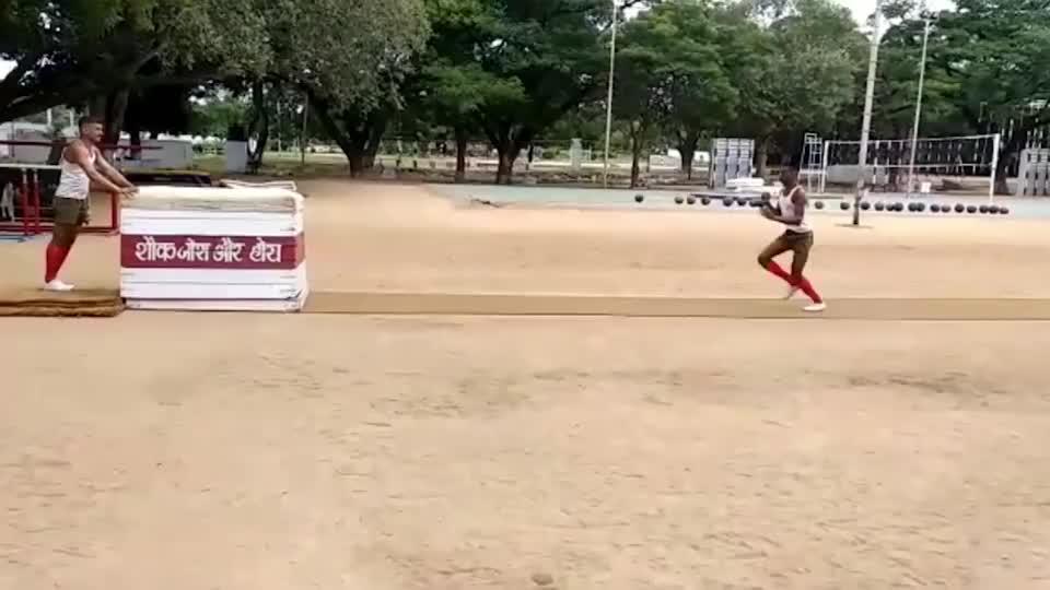 实拍印度士兵奇葩训练,这是准备往体操界发展吗