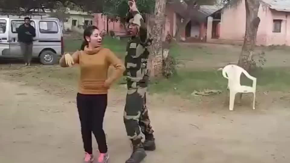 实拍印度士兵下班后的欢乐时光,果然能歌善舞!