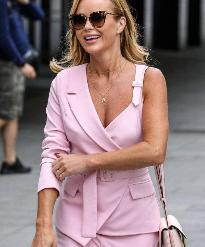 曼达·霍尔登穿粉色单肩服装时尚个性,戴墨镜甜笑尽显女人味