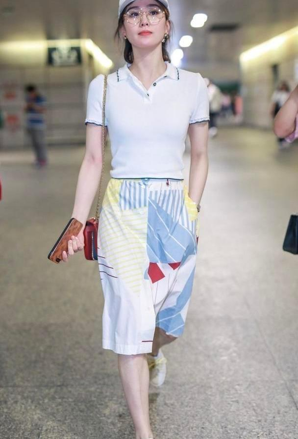 刘诗诗当了妈依旧清新,白色POLO衫配印花裙,温柔减龄好少女