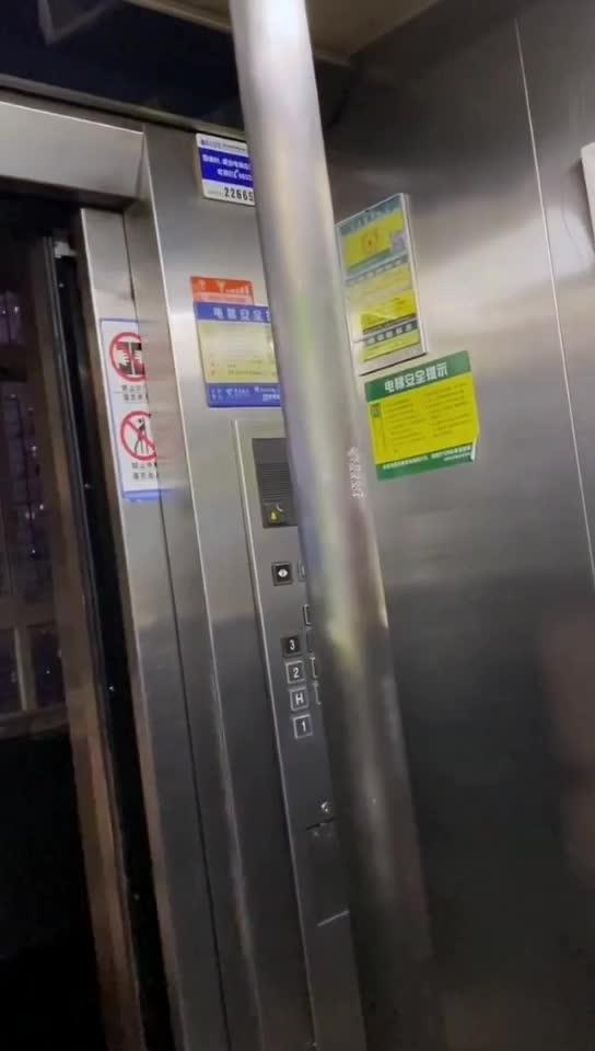 这个电梯的设计很合理啊是要让人在电梯了跳钢管舞吗