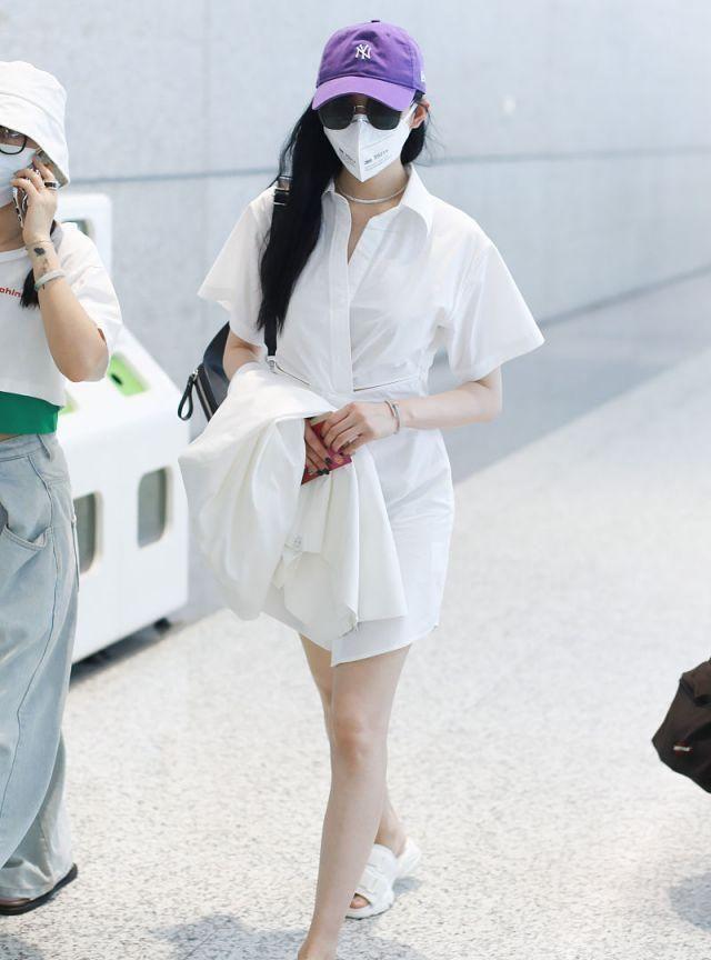 女演员张天爱现身机场,穿白色裙子戴紫色帽子,清新自然
