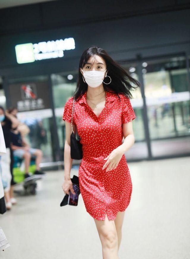 33岁李菲儿穿红色波点印花裙造型靓丽