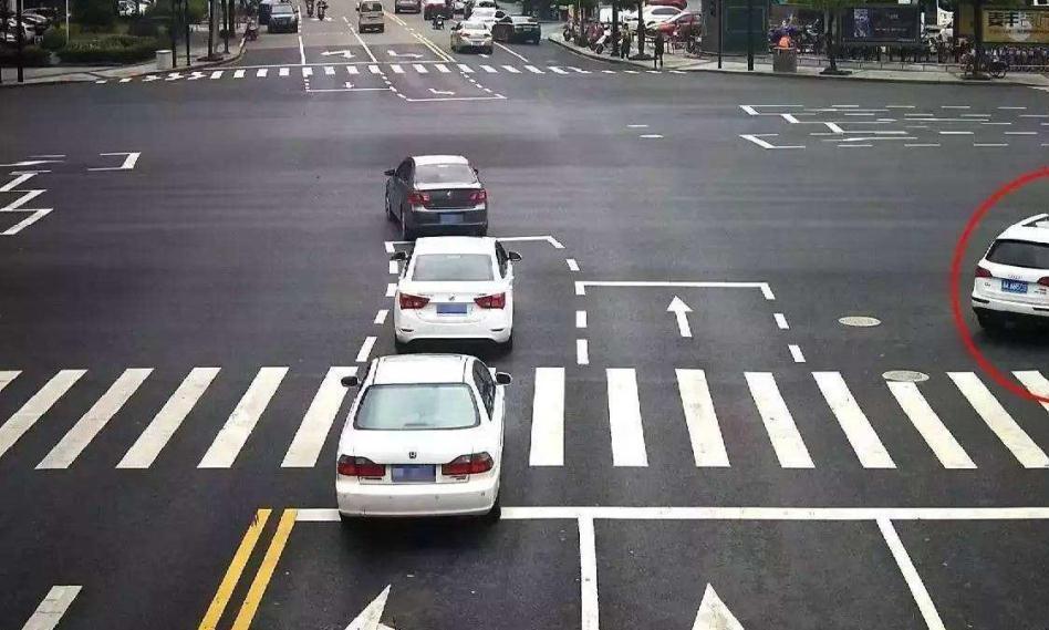 红灯可以右转,为什么还被扣6分?交警:请注意这些标识