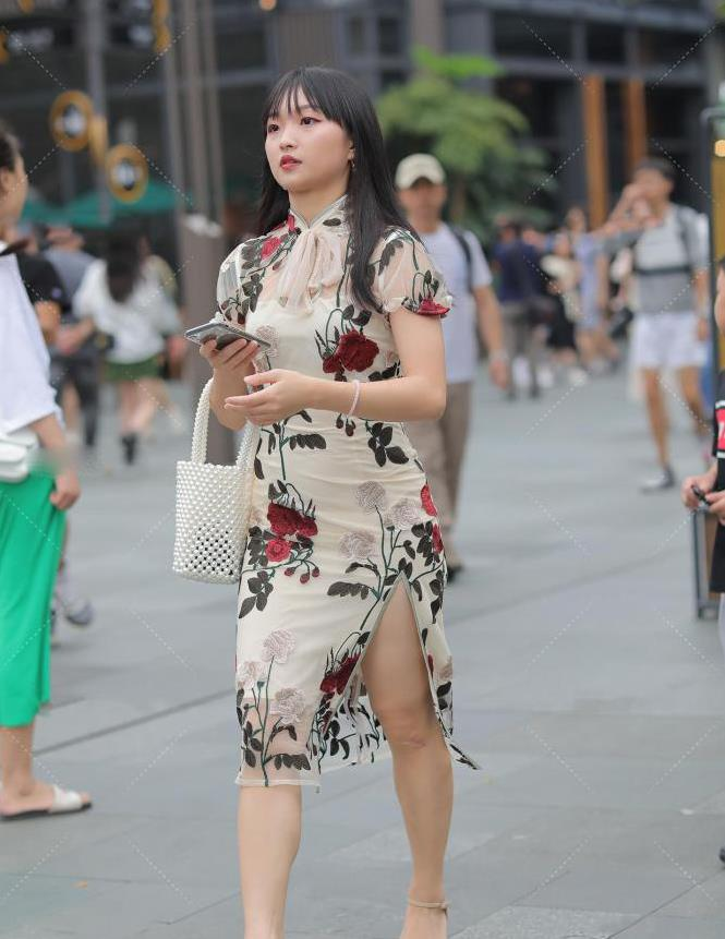 夏天穿刺绣印花裙,让你尽享清爽感觉,秀出优雅大方的美