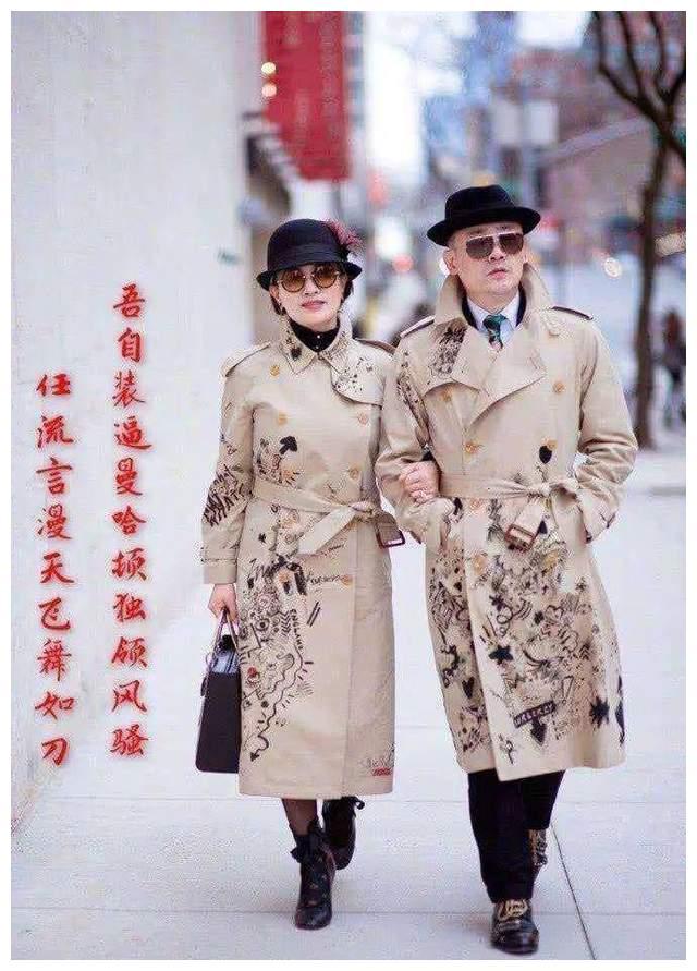 周立波夫妇俩眼光不错,穿情侣款印花风衣逛街,戴墨镜太有明星范