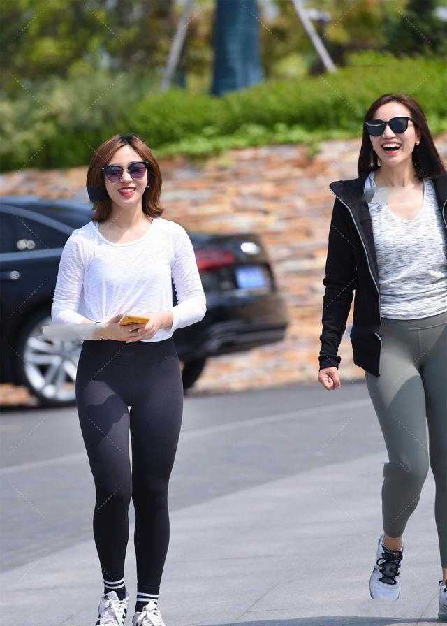 长袖衫搭配运动裤穿法简单,黑白配色很经典,戴上墨镜显气质
