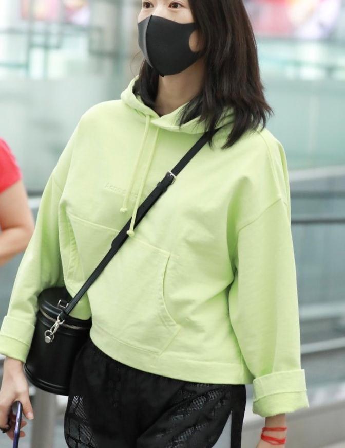 童瑶早就该这么穿了,绿色连帽卫衣配健身短裤,混搭穿出高级感