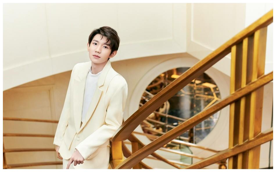 王源身穿奶油色西装出席活动