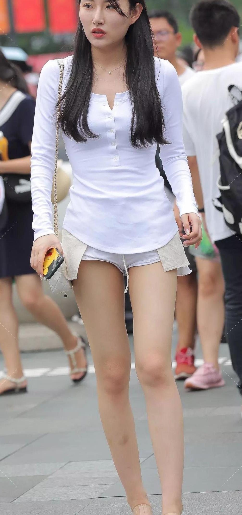 美女就爱简约风穿搭,白色长袖T恤+反穿短裤,轻松秀出时尚知性