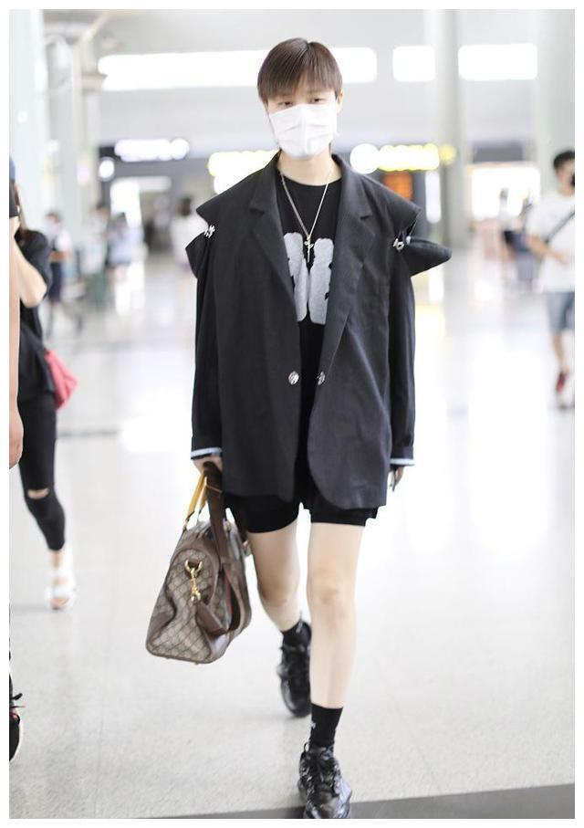 李宇春越来越有女人味,穿西装玩下衣失踪,却露出黑色打底裤
