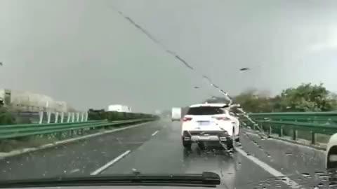 行车记录仪-高速路上突然遇到下冰雹,司机们纷纷停在应急车道