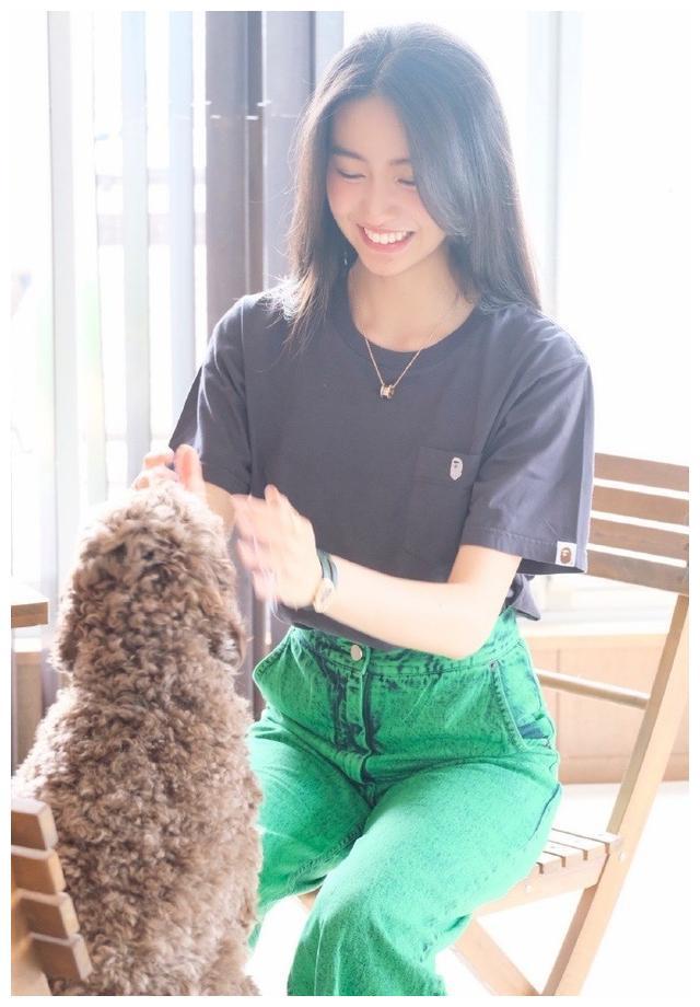 木村光希营业分享与爱犬玩耍照,穿灰T搭绿色牛仔裤轻松随性