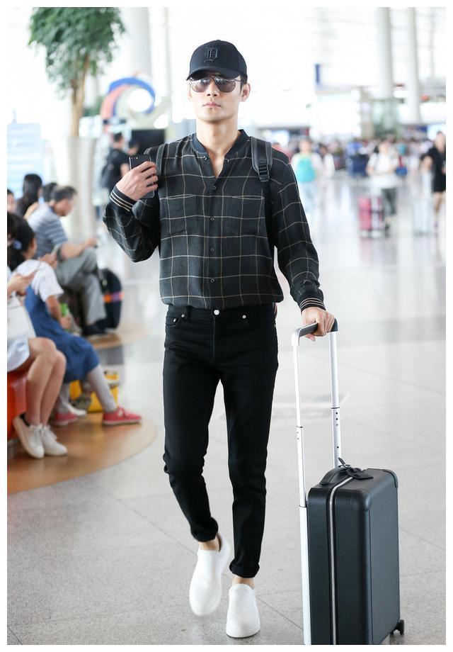 大长腿王凯的搭配就是帅,衬衫配牛仔通勤又有型,男士完全可照搬