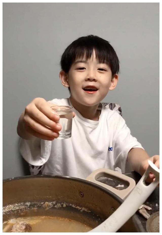 熊孩子模仿爸爸喝高度白酒,表情动作恰到好处,妈妈:我都当真了