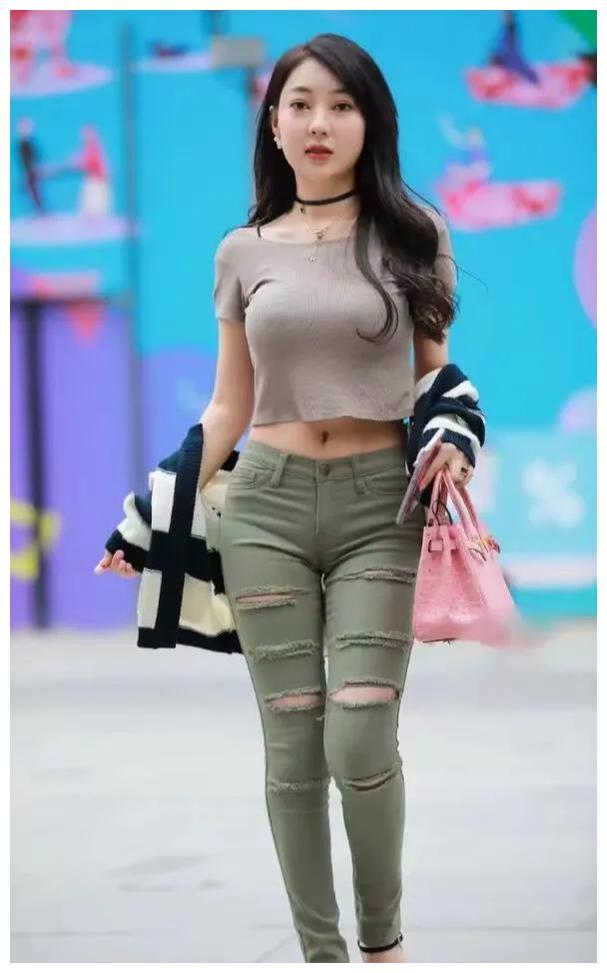 时尚的穿搭小女孩:别看T恤样式简单,穿起来是最考验个人气质