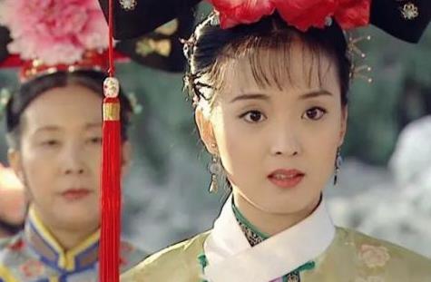 """王艳越来越有""""阔太""""范,修身旗袍搭披肩优雅古典,美回端庄晴儿"""