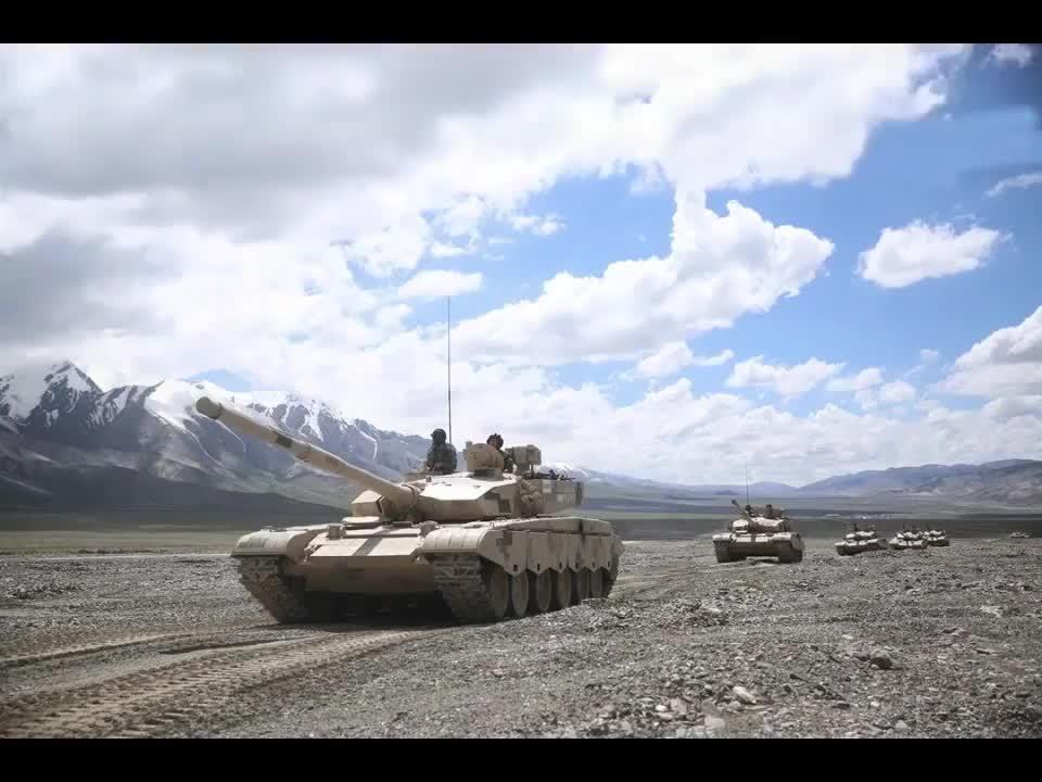 全了,99A主战坦克与15式轻型坦克动力包整体吊装