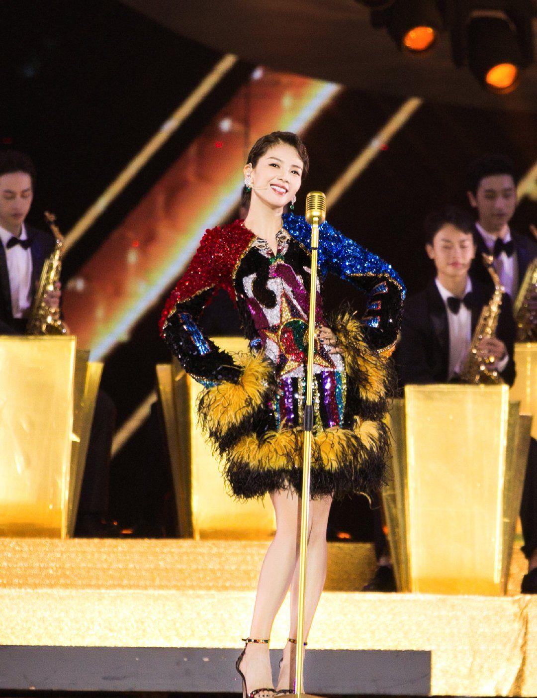 众星云集盛典:吴亦凡现场演唱《大碗宽面》,向佐郭碧婷甜蜜合唱