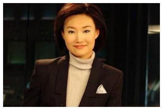 她是央视第一美女主持,戴了13年假发,如今43岁依旧是单身!