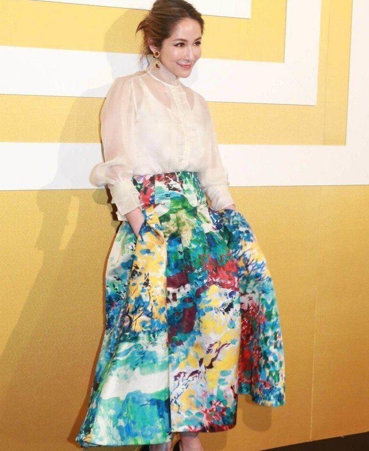 萧亚轩难得想扮淑女,穿雪纺高领上衣却适得其反,凸显的老气了!