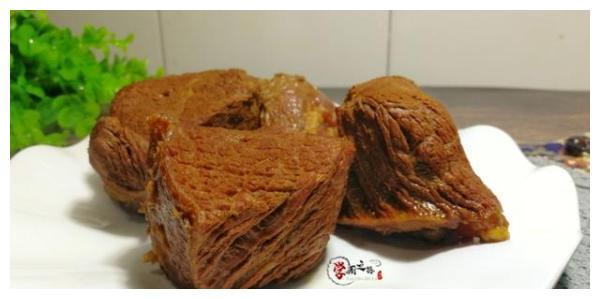 酱牛肉干柴不成形?看厨师长如何操作,酱红肉嫩切片不散有技巧