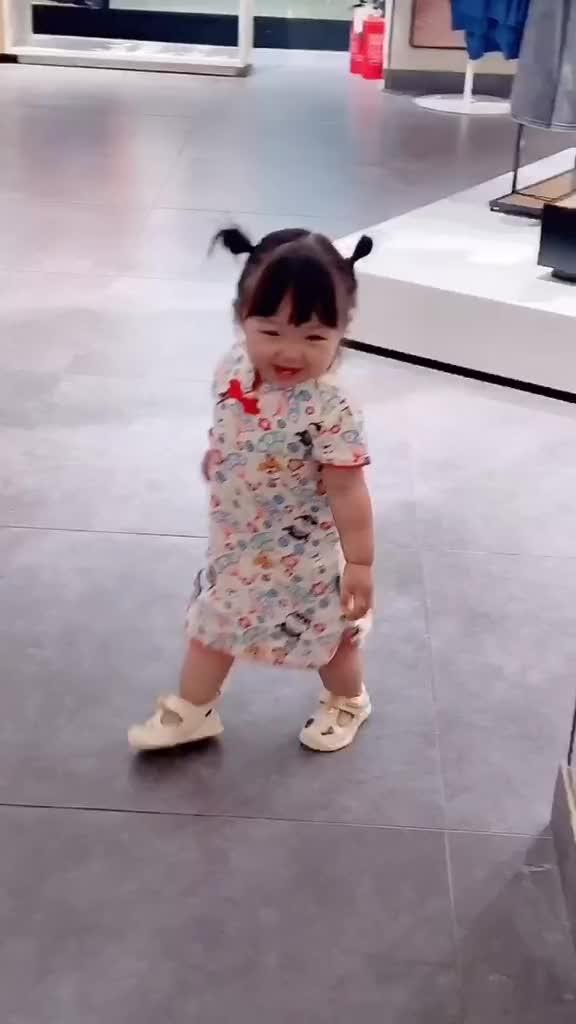 捕捉到一只会走路的蔡文姬萌娃萌宝育儿亲子宝宝萌娃日常