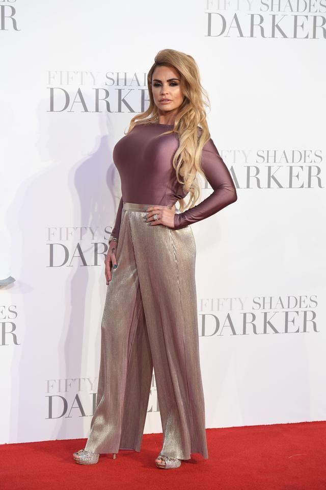凯蒂·普莱斯走红毯,紧身衣配阔腿裤,身材不减当年