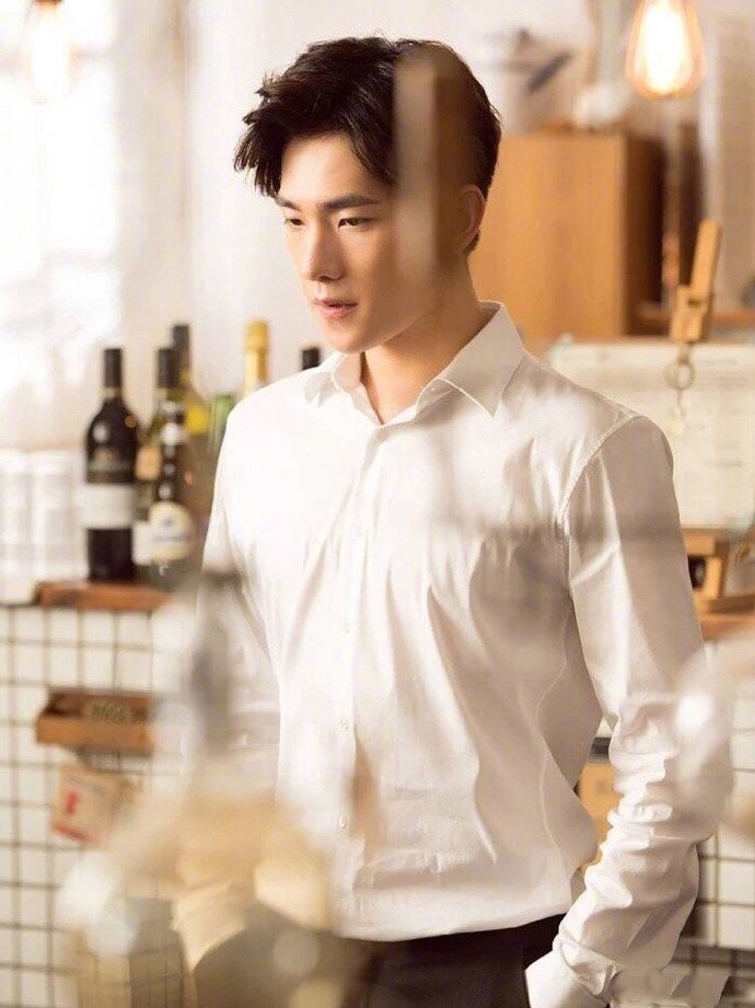 白衬衫绝对是最能体现一个人颜值的单品,谁的搭配技巧值得学习