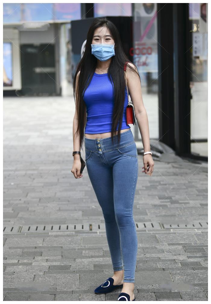 时尚女生的精致穿搭,无袖背心搭配牛仔裤,保暖同时又有气质