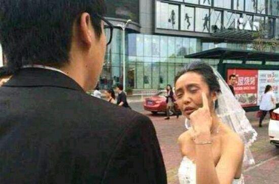 女子作死化妆成老太太拍婚纱照,男子见后愤怒离去