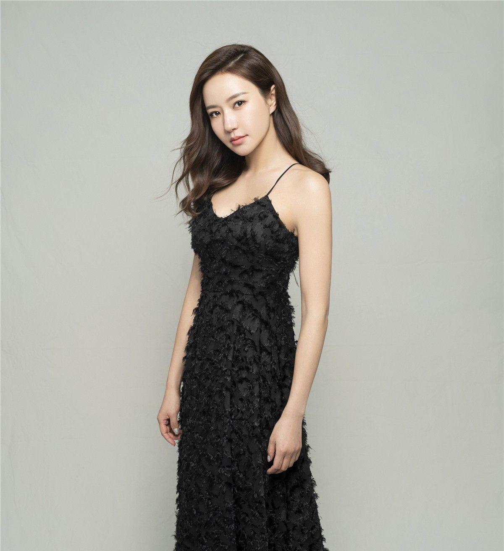 韩雨芹曝光一组优雅黑裙,黑色优雅长裙恰到好处显出她的好身材