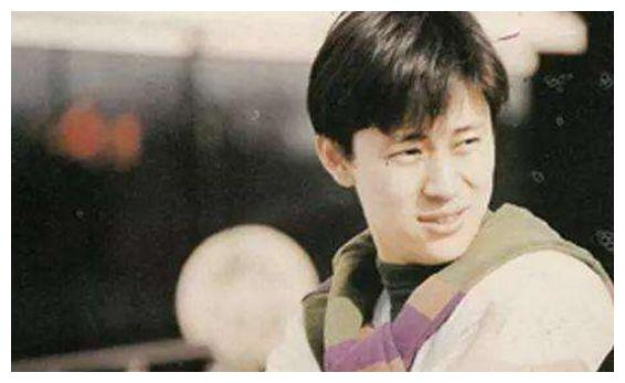 他是霸占央视春晚舞台14年,那英暗恋他多年,如今已宠爱妻子30年