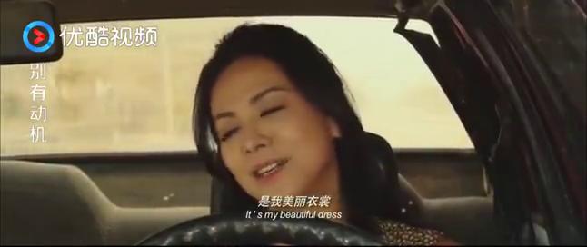 女子驾车分心唱歌,意外撞到水泥车
