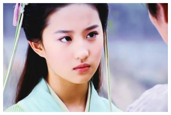 刘亦菲近照胖成中年妇女,脸大肩膀宽,神仙姐姐终究还是老了