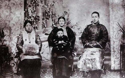天蒙蒙亮时,蒋介石的祖父隔窗询问蒋母:宝贝孙儿成哑巴了吗