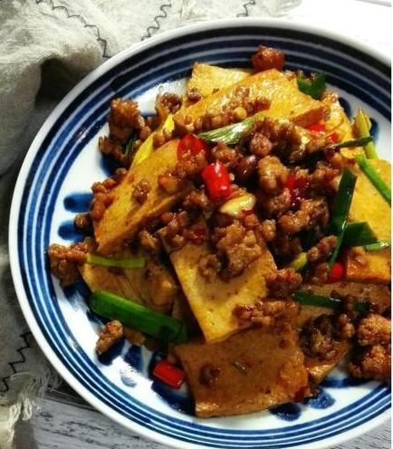 美食推荐:辣炒千叶豆腐,红烧马鲛鱼,包菜肉卷的做法